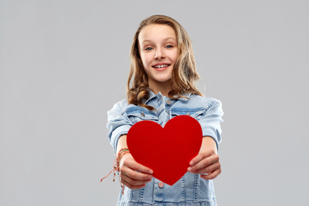 smiling teenage girl with red heart Imagens - 119079312