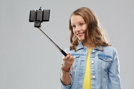 teenage girl taking selfie by smartphone Imagens - 119079321