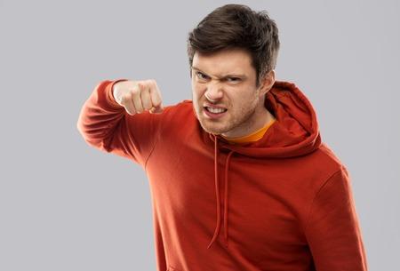 jeune homme en colère prêt pour le coup de poing