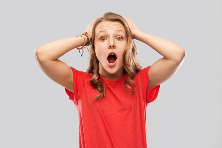 beeindruckt oder schockiert Teenager-Mädchen im roten T-Shirt