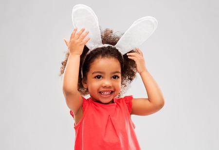 glückliches kleines Mädchen mit Osterhasenohren