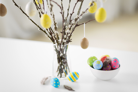 pussy willow branches decorated by easter eggs Foto de archivo