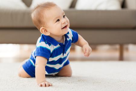Konzept der Kindheit, Kindheit und Menschen - süßer kleiner asiatischer Junge baby Standard-Bild
