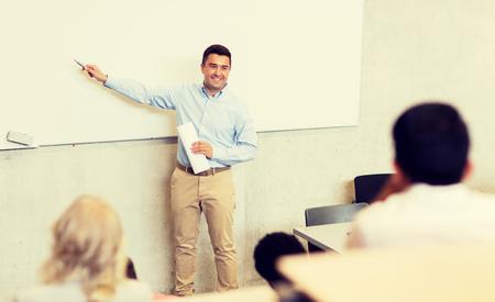 groupe d'étudiants et enseignant en conférence
