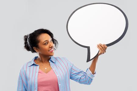 happy african american woman holding speech bubble 版權商用圖片