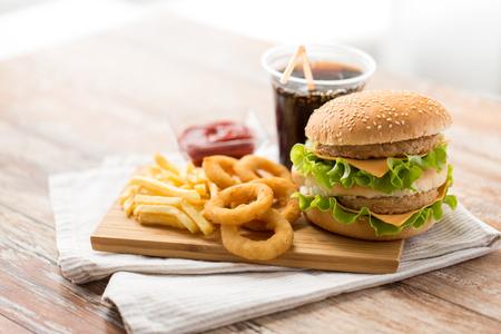 Nahaufnahme von Fast Food und Cola-Getränk auf dem Tisch?