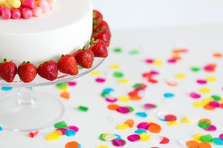 Cerca de la tarta de cumpleaños con fresas