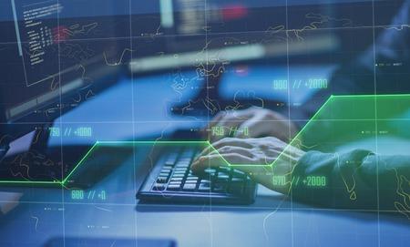pirate informatique utilisant un virus informatique pour une cyberattaque