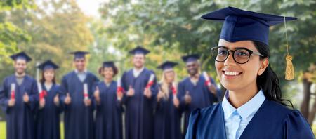 Feliz estudiante graduada en birrete