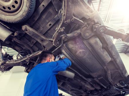 mechanic man or smith repairing car at workshop 版權商用圖片 - 120497361