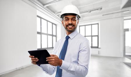architecte ou homme d'affaires en casque avec tablet pc