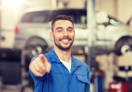 gelukkige automonteur man of smid bij autowerkplaats