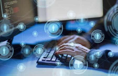 Hacker, der Computerviren für Cyberangriffe verwendet
