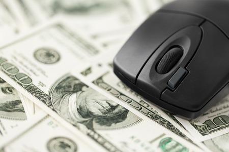 close-up van computermuis op ons dollargeld