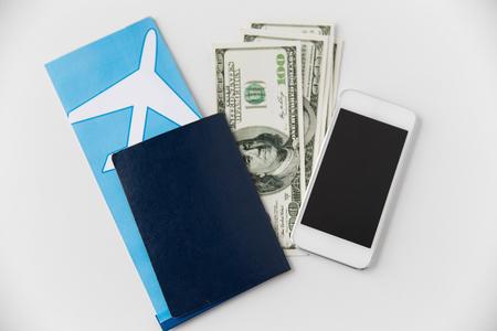 billete de avión, dinero, smartphone y pasaporte. Foto de archivo