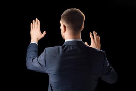 zakenman die met onzichtbaar virtueel scherm werkt