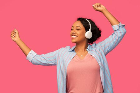 mujer africana, en, auriculares, escuchar música Foto de archivo