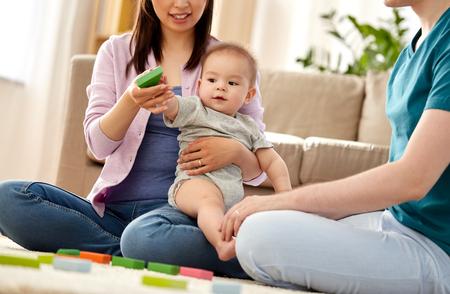 familia feliz, con, nene, juego, en casa