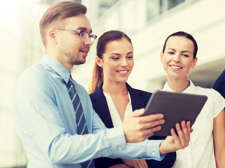 Personas, tecnología, trabajo y concepto corporativo - Equipo de negocios con tablet pc en la oficina
