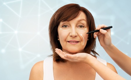 Senior woman and hands with cosmetic marker Foto de archivo - 121497633