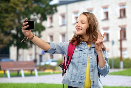 Chica estudiante adolescente tomando selfie por smartphone