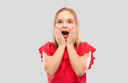 Geschocktes Mädchen mit offenem Mund