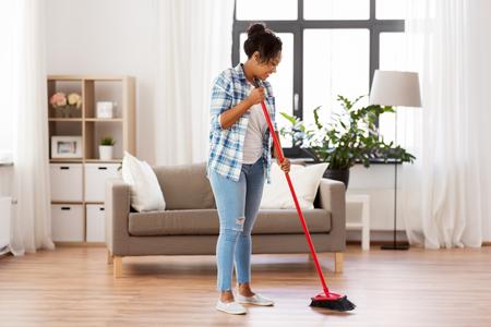 mujer, con, barrido, escoba, cepillo, limpieza, piso
