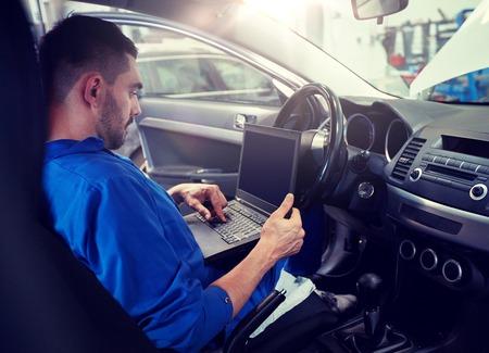 uomo meccanico con laptop rendendo auto diagnostica