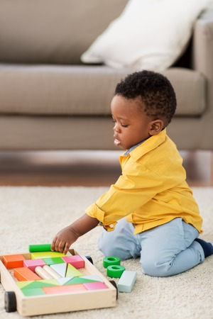 african american baby boy playing with toy blocks Banco de Imagens - 121617599
