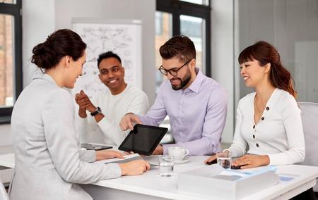 team van recruiters met tablet pc bij sollicitatiegesprek