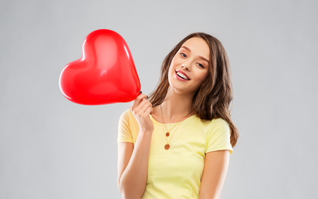 teenage girl with red heart-shaped balloon Stock fotó - 121882357