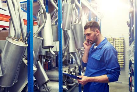Mécanicien automobile appelant au téléphone au magasin de voiture