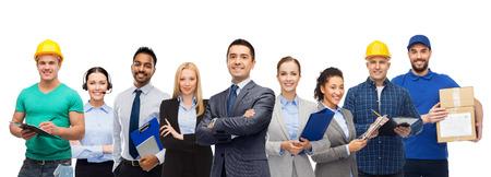 Groep kantoormensen en handarbeiders