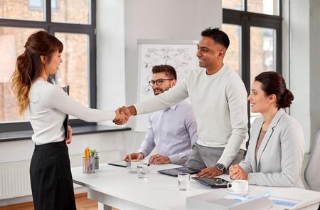 Reclutadores con entrevista de trabajo con el empleado