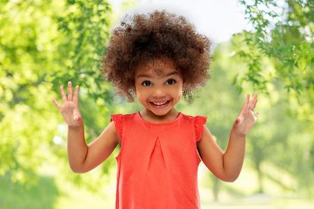 gelukkig klein Afrikaans Amerikaans meisje in de zomer Stockfoto