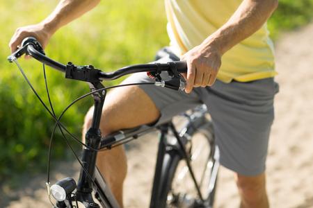 Gros plan d'un homme faisant du vélo à l'extérieur Banque d'images