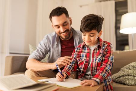 Padre e hijo haciendo los deberes juntos