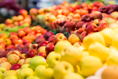 Ripe apples at grocery store or supermarket Stockfoto