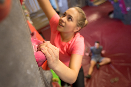 Young woman exercising at indoor climbing gym Banque d'images - 122822991