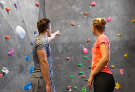 Man and woman exercising at indoor climbing gym Banque d'images - 122822996