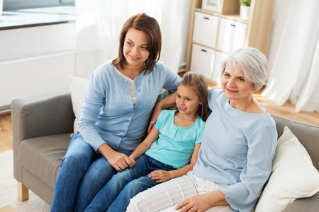 ritratto di madre, figlia e nonna
