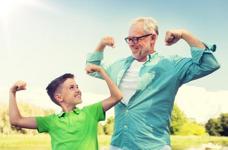 szczęśliwy dziadek i wnuk pokazując mięśnie Zdjęcie Seryjne
