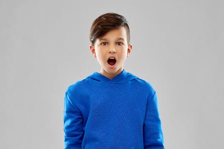 shocked boy in blue hoodie Stockfoto