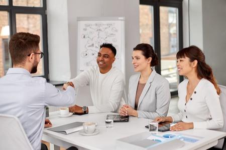 Rekruterzy przeprowadzający rozmowę kwalifikacyjną z pracownikiem Zdjęcie Seryjne