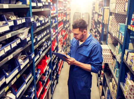automonteur of smid met tablet pc in werkplaats