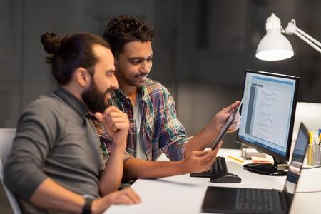 équipe créative avec tablette pc travaillant au bureau