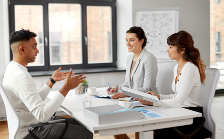 reclutatori che hanno un colloquio di lavoro con un dipendente di sesso maschile