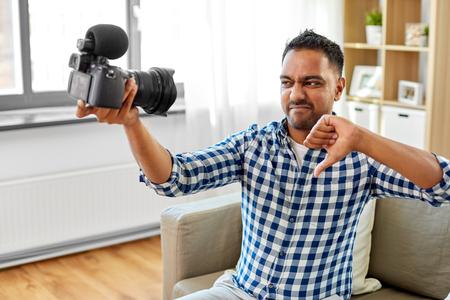 male video blogger with camera blogging at home Foto de archivo - 123908439