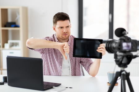 male blogger with tablet computer videoblogging Foto de archivo - 123909074