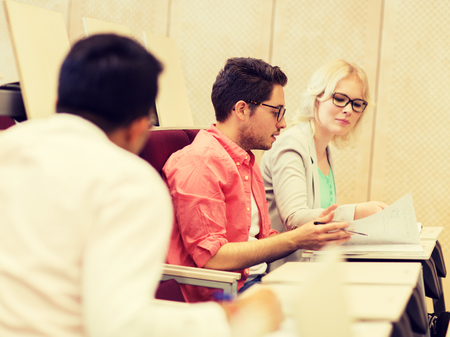 group of students with notebooks in lecture hall Banque d'images
